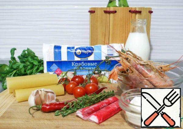 Prepare the products. If you use ready-made cannelloni, you may need to pre-boil them (follow the instructions on the package). Defrost the seafood. For the filling you will need assorted seafood - shrimp/scallops/octopus/ crab/ surimi quality/ squid, etc. Seafood is advisable to buy individually and choose frozen. Since in ready-made assorted, they are usually already digested, and in the preparation become even more tasteless and rubber. * * If you cook cannelloni yourself - add a pinch of fresh herbs to the dough.