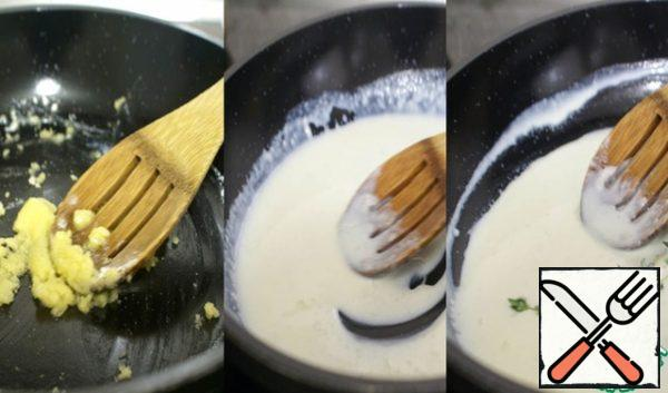 To prepare the béchamel: fry on low heat one tablespoon of flour in the tablespoon of butter until Golden brown. Gradually adding milk, stir the sauce, preventing the formation of lumps. When the sauce thickens, turn off the heat, add a whole sprig of thyme and set aside.
