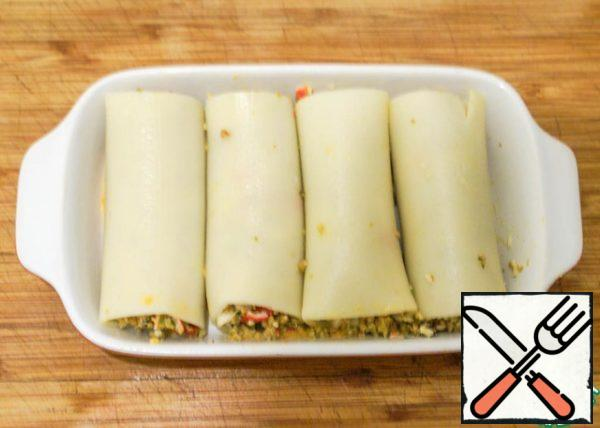 Fill cannelloni and put them in a greased with vegetable oil form.