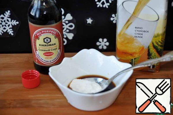 In advance, prepare the sauce-dressing. Mix sweet soy sauce (2 tablespoons), with white dry wine (original rice) (2 tablespoons), with 2 tablespoons of water and corn starch. If you do not have a sweet soy sauce, then take a regular soy sauce and add 1 tablespoon of sugar.