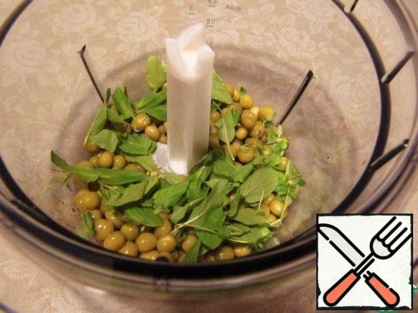 To prepare minty pea puree chop onion. Heat 1 tbsp butter in a skillet and sauté the onion until clear. Add the peas, warm for a few minutes. Move the mixture in the bowl of a blender and preroute together with mint.