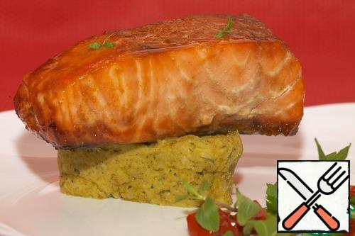 For serving dishes, use the ring to put the puree on a plate. Put the salmon fillet on it. Next place the sun-dried tomatoes and garnish with lettuce leaves.