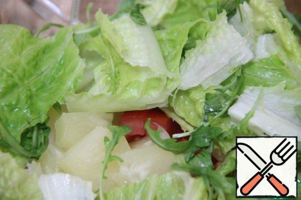 Add lettuce and arugula. Sprinkle with lemon juice.