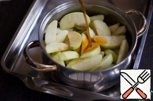 Slice apples, put in a pan, pour tea and pour the soda. Boil until soft. It took me 10 minutes. From soda the contents of the pan will hiss and foam, the acid of apples will extinguish it in a natural way. I did not boil the apples into porridge, I wanted to have pieces in the finished pudding, and you do as you see fit.