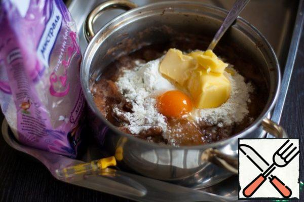Apples remove from heat, enter flour, sifted with baking powder, eggs, butter, vanilla extract and brown sugar. It is the sugar from the company Mistral will later give this Apple pudding caramel flavor. Quickly stir, and even better, whisk the whisk to the egg protein did not have time to curl. Cool the filling.
