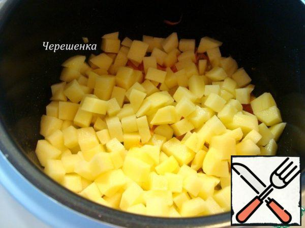 "Add in the bowl slow cooker potatoes and 300 ml of water. Turn on the ""Simmer"" for 30 minutes."