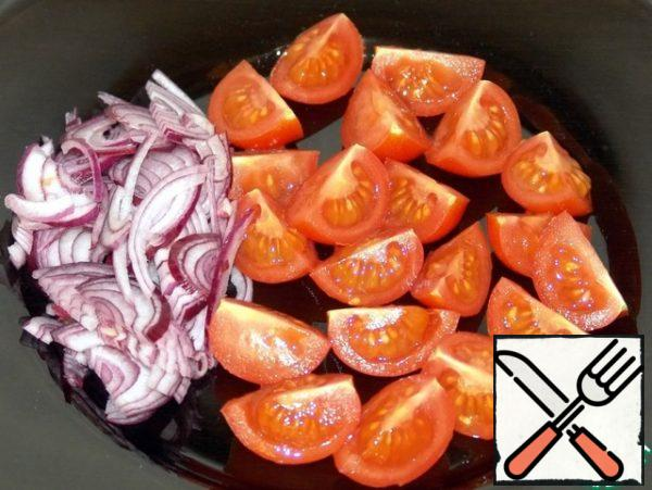 Tomatoes cut into quarters, onions in half rings.
