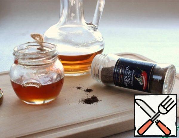 Prepare the dressing. Olive oil, honey, vinegar, pepper-all well mix.