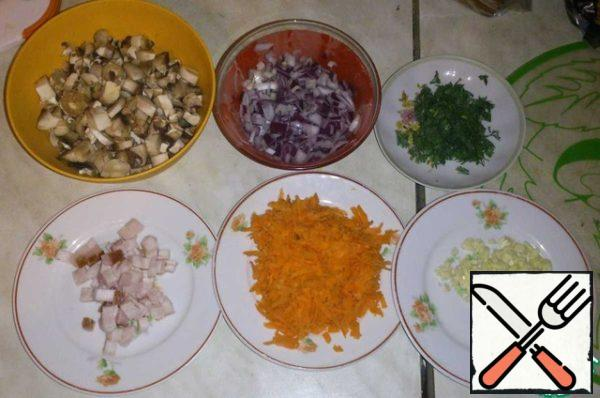 While cooking potatoes, engaged in frying: all finely cut, carrots grate.