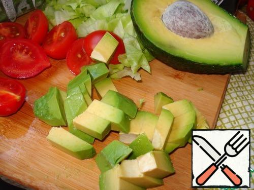 Avocado cut in half, remove the bone. Remove the pulp from the peel, cut into small slices and sprinkle with lemon juice.