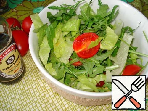 In salad bowl mix lettuce, arugula, avocado and tomatoes.