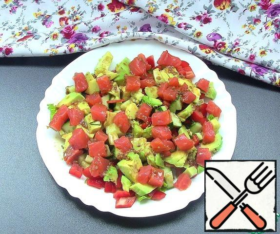 The fish is also cut into cubes. In a bowl, mix the lettuce, avocado, pepper, fish and cucumbers, pour the top dressing. Salad turns out very tender and tasty, sweet and sour.