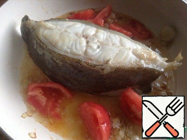 Turn the lancet fish on the other side and add the chopped tomato and dry white wine. Simmer on low heat about 3 minutes - the alcohol has evaporated and the tomatoes turned out tomato paste.