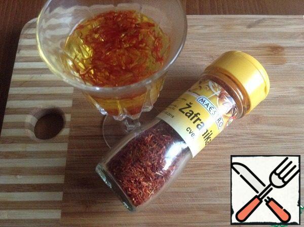 Meanwhile, saffron pour boiling water, let it brew.