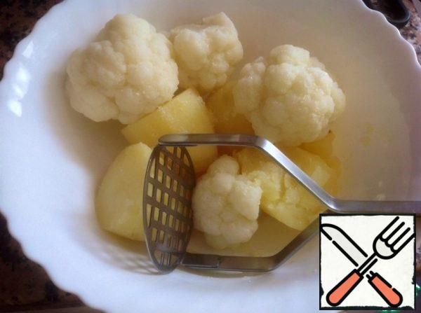 Mash potatoes and cabbage in mashed potatoes, add salt, pepper and nutmeg to taste.