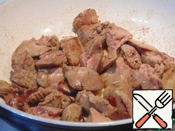 Liver wash, dry, cut. Fry in 2 tablespoons olive oil. The fire should be more than average, fry quickly, for 3 minutes, so that the liver remains soft, do not dry.