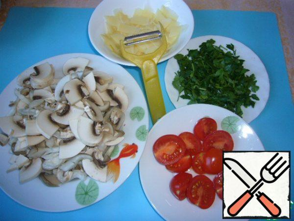Cut into slices mushrooms, chop finely garlic and parsley, cut into shavings Parmesan.