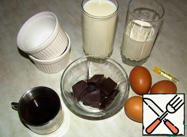 """Prepare products: milk, cream, eggs, chocolate break into pieces and cook coffee """"espresso"""" - 30 ml. Warm the milk with cream in a saucepan. But do not bring to a boil!!!"""