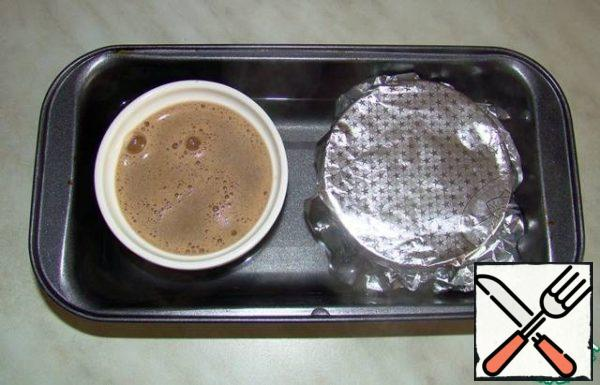 Pour the resulting mixture into refractory forms and cover them with foil. Forms set in a deep pan with hot water. Water should reach half of the form! Put into the oven at 160 degrees for 35 minutes. The finished pudding is allowed to cool and put in the refrigerator for 2 hours.