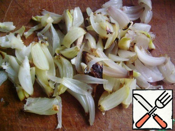 Ready onions are cooled and cut with feathers.