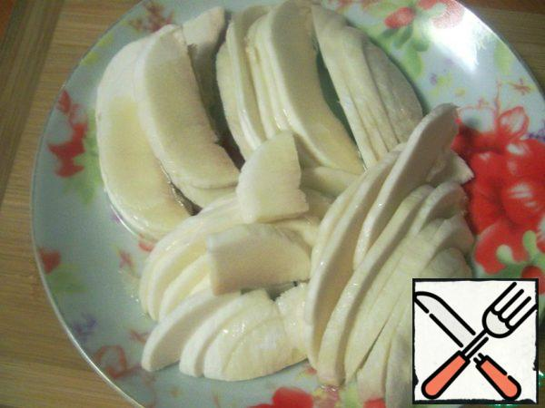 Cut the peeled hats into very thin slices, sprinkle them with olive oil and set aside for a while.
