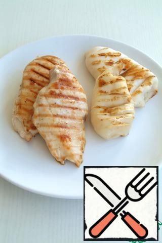 Wash chicken fillet and squid to dry. Fillet cut lengthwise into two parts. Squid cut into strips on both sides. Fry on the grill for 5 minutes fillets on both sides and a minute, 1.5 squid on both sides.