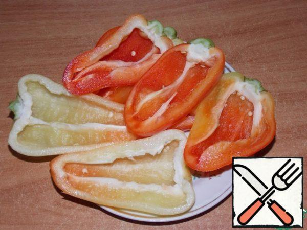 Pepper cut in half, remove the seeds.