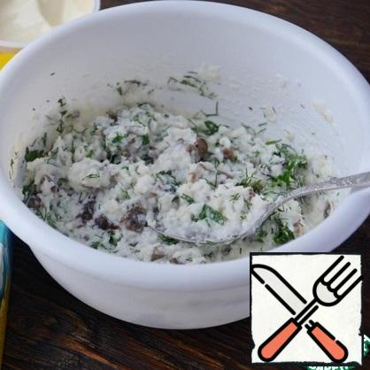 Mix the swollen rice flakes with melted pasty cheese, mushrooms, herbs, some greens leave in hard cheese (optional). Stir the mixture. To try the salt, if necessary salt (I salted, I love all salted, I had enough salt from the cheese).