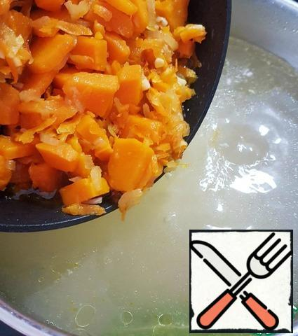 Add to the pan with the potatoes, Bay leaf and pumpkin fries. You can add your favorite spices.