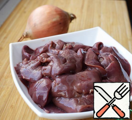 Cut onions, fry it on medium heat until transparent. Chicken liver thoroughly washed, cut, add to the onion. Fry for 3-5 minutes, stirring occasionally.