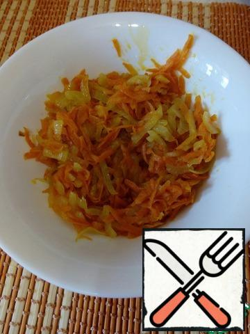 Onions with carrots fry in a small amount of sunflower oil.