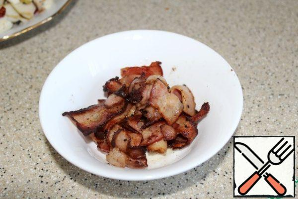 Bacon cut into pieces 2 - 3 cm long, fry in a dry pan over medium heat until blush, remove from the pan.