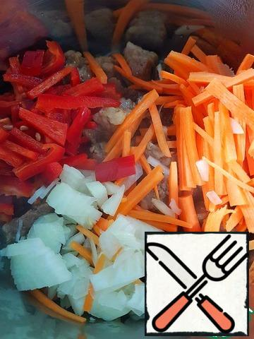 If there is liquid left in the pan, turn on the heat to maximum, wait for the moment when it all boils. Then add finely chopped onions, carrots and pepper. The fire a little abated, stir contents of the pan and cook for about a minute.