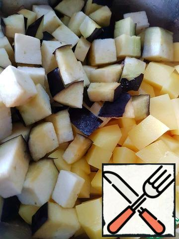 Add diced potatoes and eggplant. (At this stage, potatoes can be completely excluded and the next step is to use more beans). Eggplant can be pre-cleaned if desired.Pour 1 liter of boiling water, add salt. Cook until potatoes are ready (it takes about 10 minutes).