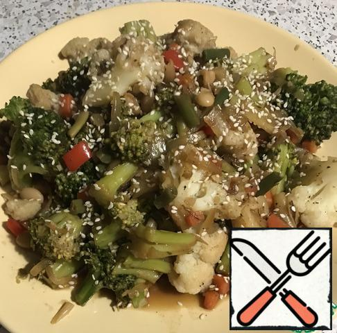 Most importantly, too often get in the way of vegetables. Cover with a lid, simmer for 15-20 minutes. Checking for spices. Vegetables should remain intact, with a small crunch. To taste sprinkle the finished dish with sesame.