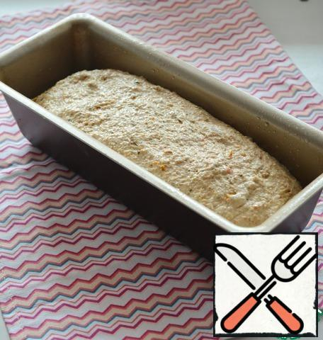 Oil the baking dish. Put the dough in a mold and leave for 20 minutes to rise.