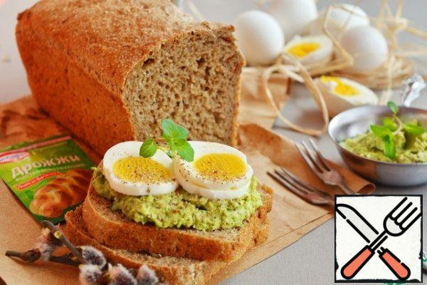 After Easter is often a lot of boiled eggs. Offer to make a bread toast, spread them mashed with salt and pepper avocado and put the slices of egg. Get a great sandwich for Breakfast or a snack..