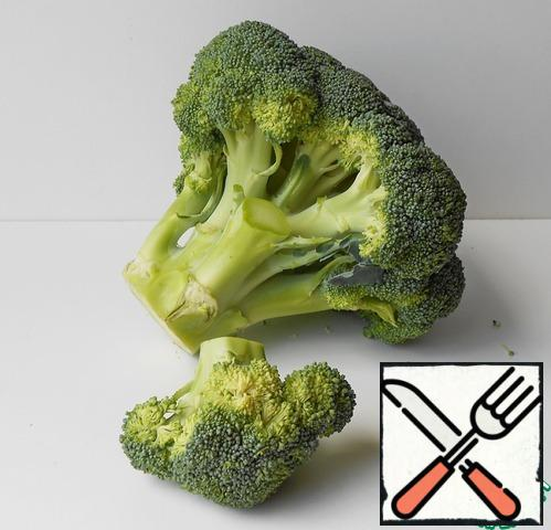 Broccoli disassemble on inflorescences, cut.