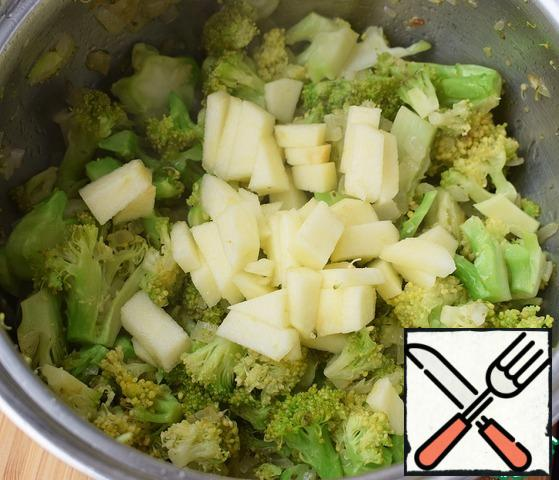 In a saucepan with a thick bottom fry onions until transparent over medium heat, add garlic, broccoli. After 1-2 minutes, add the chopped Apple. Simmer for another 1-2 minutes, then pour water (or broth) and cook until cooked broccoli.