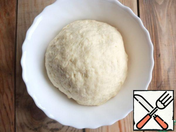 In the oil crumb in two steps, enter the liquid part. Knead a smooth dough. If necessary, add flour. Leave the dough to rest in refrigerator for 15-20 minutes.