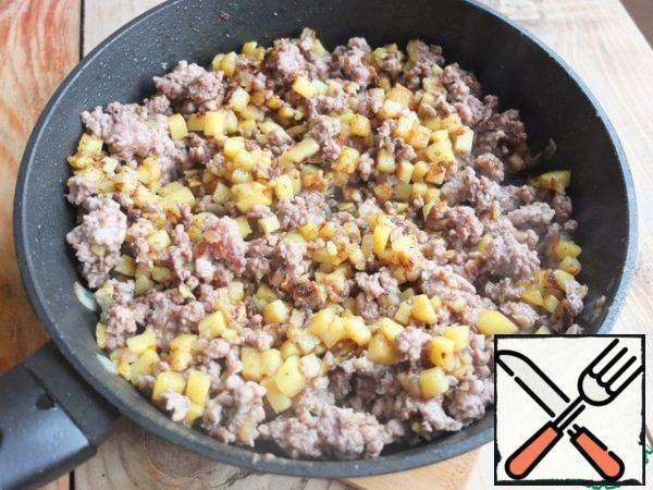 Add minced meat and fry on high heat, stirring constantly until half-cooked. Add salt and spices to taste.