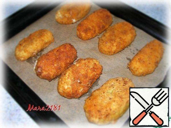 Fried fish sausages I spread first on a paper towel to remove excess vegetable oil. And then shift to a baking sheet, covered with parchment paper and bake in the oven at 180 degrees until ready for about 15-20 minutes.