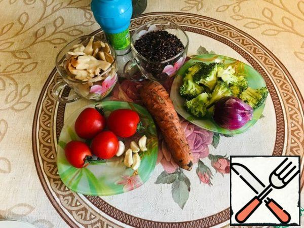 Our set of products. By the way, if you reduce the amount of rice and increase the number of vegetables, we get a wonderful warm salad with rice and vegetables.