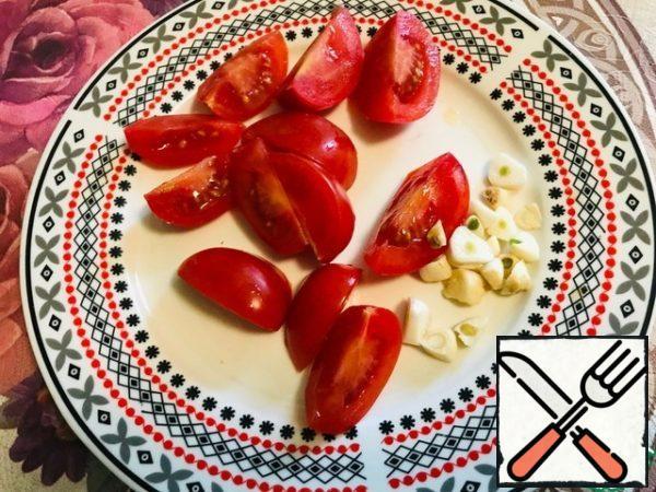 Tomatoes cut into 4 parts, chop the garlic.