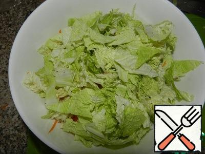 Chop the Chinese cabbage into large pieces. Vegetables to place them in a bowl. Sprinkle with juice 1/4 lemon (can be increased to 1/2, to taste), add a pinch of salt, freshly ground pepper, mix. Set aside until the chicken is ready.
