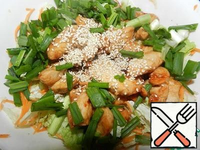 Add the chicken to the vegetables, add sesame seeds, green onion, mix well. Let the salad infuse for 5-10 minutes and serve!