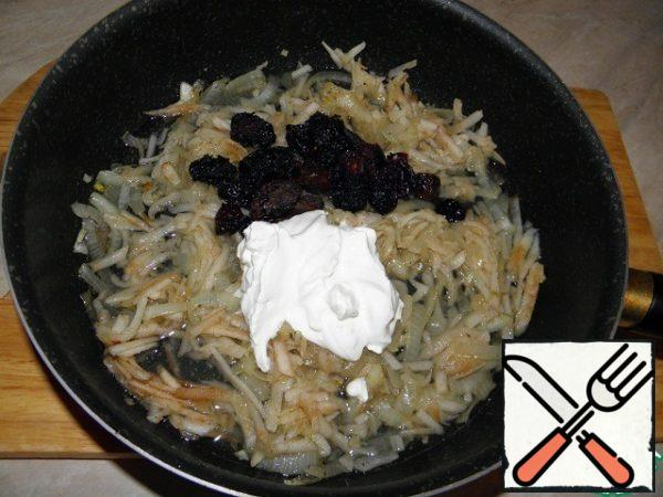 Put sour cream and sliced prunes (I pre-soaked in water), pour 1/2 Cup of water.