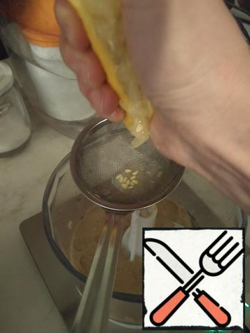 Mix sesame paste and lemon juice in a blender. Scroll 30 seconds. scrape the paste off the walls and scroll for another 30 seconds. Until creamy.