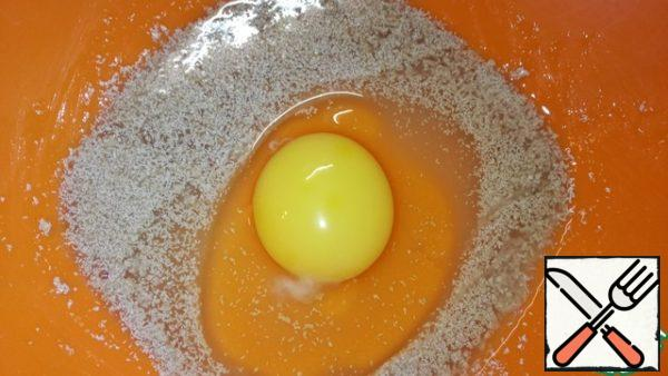 Mix in a deep bowl of sugar, yeast and a little warm water. Add one egg and salt, beat slightly.