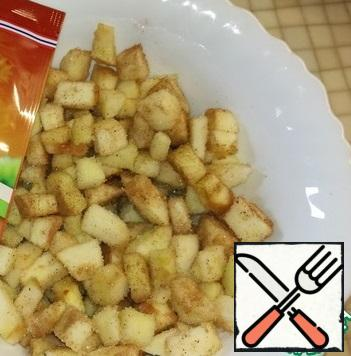 Apples clean from the peel. And cut into small cubes. Mix with sugar and cinnamon.